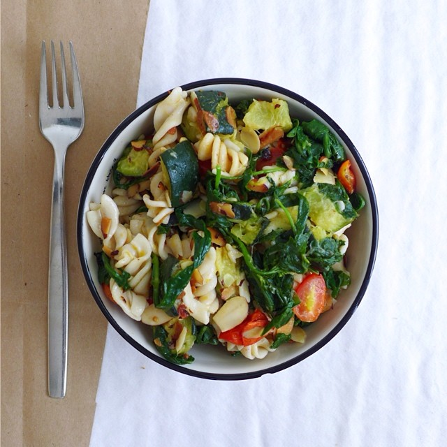 Summer Vegetable Rice Pasta with Arugula & Toasted Almonds, vegan // inmybowl.com