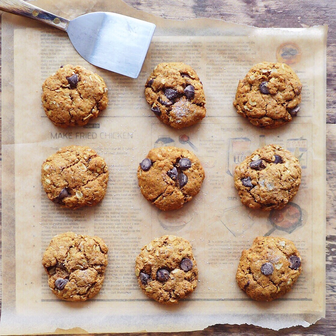 Vegan Chocolate Chip Sea Salt Cookies  with oats and spelt flour // inmybowl.com